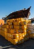 Dubaiâs传统单桅三角帆船和货物 库存图片