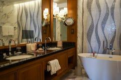 dubai Été 2016 Salle de bains intérieure lumineuse et moderne quatre saisons chez Jumeirah Images stock