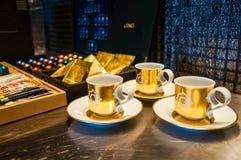 dubai Été 2016 Tasse de café artistique avec un modèle d'or dans la suite présidentielle aux quatre saisons Jumeirah Photo libre de droits