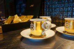 dubai Été 2016 Tasse de café artistique avec un modèle d'or dans la suite présidentielle aux quatre saisons Jumeirah Image stock