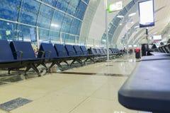 DUBAI - APRIL 06: Passagerarelobby i den Dubai International flygplatsen på April 6, 2016 i Dubai, UAE Arkivbilder