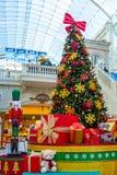 Dubai, Arabische Emirate - 12. Dezember 2018: Verzierter Weihnachtsbaum mit Geschenken im Mall stockfotos