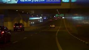 Dubai, Arabische Emirate - Februar 2018: Dubai-Straßenbild mit Ampelspuren und neue Stadtansicht nachts stock video