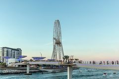 Dubai, Arabische Emirate - 20. März 2019: Bluewaters-Insel mit enormem metallischem Pilzstruktur und Riesenrad auch calle stockbild