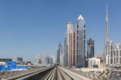 Dubai, Arabische Emirate - 10. M?rz 2019: Dubai-Metro Eine Ansicht der Stadt vom U-Bahnauto am 10. M?rz 2019 lizenzfreie stockbilder