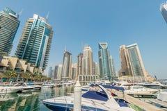 Dubai - AUGUSTI 9, 2014: Dubai marinaområde på Royaltyfria Bilder