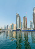 Dubai - AUGUSTI 9, 2014: Dubai marinaområde på Royaltyfri Bild