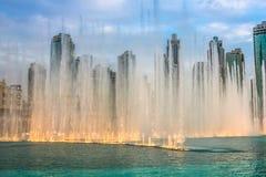 Dubai-Brunnen am Abend Lizenzfreie Stockbilder