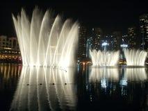 Dubai-Brunnenleistung Lizenzfreie Stockbilder