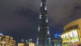 Dubai Burj Khalifa en el lapso de la noche Cacerola para arriba metrajes