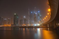 Dubai Burj Khalifa en la noche, visión desde Dubai Creek foto de archivo libre de regalías