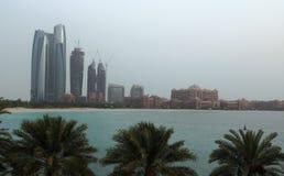 Dubai byggnadsskyskrapor gömma i handflatan havet Arkivfoton