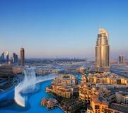 Dubai céntrico con la fuente de agua famosa del baile Fotografía de archivo libre de regalías