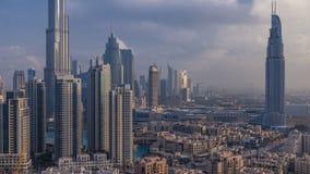 Dubai céntrico en el timelapse de la salida del sol Visión aérea sobre ciudad futurista grande metrajes