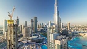 Dubai céntrico en el timelapse de la tarde en luz amarilla brillante de la puesta del sol almacen de metraje de vídeo