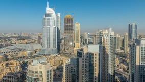 Dubai céntrico en el timelapse de la tarde en luz amarilla brillante de la puesta del sol metrajes