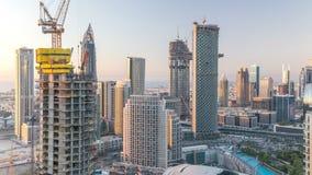Dubai céntrico en el timelapse de la tarde en luz amarilla brillante de la puesta del sol almacen de video