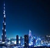 Dubai céntrico en la noche foto de archivo libre de regalías