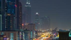 Dubai céntrico se eleva día al timelapse de la noche Vista aérea del camino de Sheikh Zayed con los rascacielos después de la pue metrajes