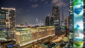 Dubai céntrico se eleva día al timelapse de la noche Vista aérea del camino de Sheikh Zayed con los rascacielos después de la pue almacen de metraje de vídeo