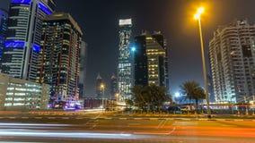 Dubai céntrico se eleva hyperlapse del timelapse de la noche Vista del camino de Sheikh Zayed con los rascacielos altos metrajes