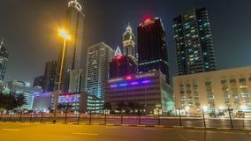 Dubai céntrico se eleva hyperlapse del timelapse de la noche Vista del camino de Sheikh Zayed con los rascacielos altos almacen de video