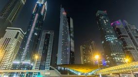 Dubai céntrico se eleva hyperlapse del timelapse de la noche Vista del camino de Sheikh Zayed con los rascacielos altos almacen de metraje de vídeo