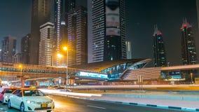 Dubai céntrico se eleva timelapse de la noche Vew del camino de Sheikh Zayed con los rascacielos metrajes