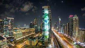 Dubai céntrico se eleva timelapse de la noche Vista aérea del camino de Sheikh Zayed con los rascacielos metrajes