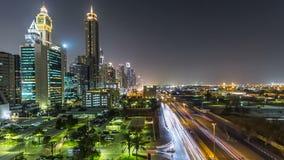 Dubai céntrico se eleva timelapse de la noche Vista aérea del camino de Sheikh Zayed con los rascacielos almacen de video