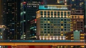 Dubai céntrico se eleva timelapse de la noche Vista del camino de Sheikh Zayed con los rascacielos almacen de metraje de vídeo