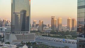 Dubai cityscape som visar albarshaområde på solnedgångtimelapse i Förenade Arabemiraten stock video