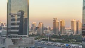 Dubai cityscape som visar albarshaområde på solnedgångtimelapse i Förenade Arabemiraten lager videofilmer