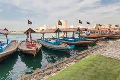 Dubai Creek et son bateau pour le croisement photo stock