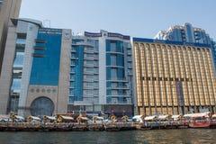 Dubai Creek koppelt voll von den Booten und von Schiffen an, die nahe den Wolkenkratzern gelegen sind Stockbild