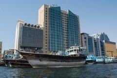 Dubai- Creekhafen voll von Schiffen nahe den Wolkenkratzern Lizenzfreie Stockfotos