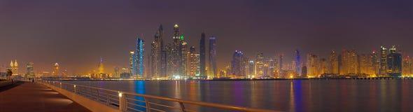 Dubai - das Abendpanorama von Jachthafentürmen lizenzfreie stockbilder
