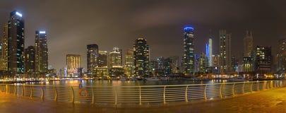 Dubai - das nächtliche Panorama des Jachthafens stockfotografie