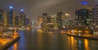 Dubai - das nächtliche Panorama des Jachthafens lizenzfreie stockfotografie
