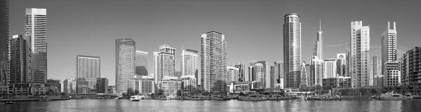 Dubai - das Panorama des Jachthafens und der Yachten stockbilder