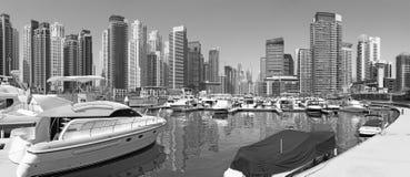 Dubai - das Panorama des Jachthafens und der Yachten stockfoto