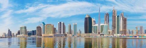 Dubai - das Panorama mit dem neuen Kanal und den Wolkenkratzern des Stadtzentrums lizenzfreie stockfotografie