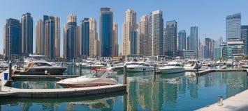 Dubai - das Panorama von Jachthafenhotels stockfotos