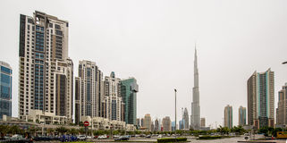 DUBAI - 1 DE ABRIL: Abajo ciudad - grupo de edificios en de Dubai la ciudad abajo, parte del proyecto de la travesía del negocio  Foto de archivo libre de regalías