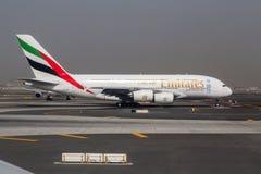 DUBAI - 1º DE ABRIL DE 2015: Um Superjumbo de Airbus A380 dos emirados em Dubai O Airbus A380 é o avião de passageiros o maior do Imagem de Stock