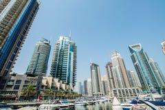 Dubai - 9 de agosto de 2014: Distrito del puerto deportivo de Dubai encendido Imágenes de archivo libres de regalías