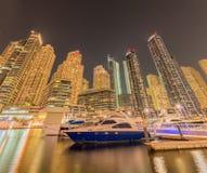 Dubai - 9 de agosto de 2014: Distrito del puerto deportivo de Dubai encendido Fotos de archivo