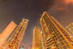 Dubai - 9 de agosto de 2014: Distrito del puerto deportivo de Dubai encendido Imagen de archivo