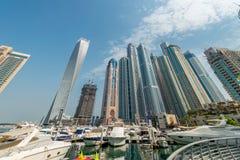 Dubai - 9 de agosto de 2014: Distrito do porto de Dubai sobre Fotografia de Stock Royalty Free
