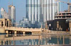 Dubai - 2 de dezembro: Amanhecer no pé do Burj Khalif Imagens de Stock